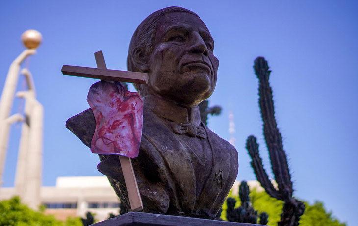Busto de Juárez frente al congreso de Baja California visitado por los provida. Foto: Víctor Medina.